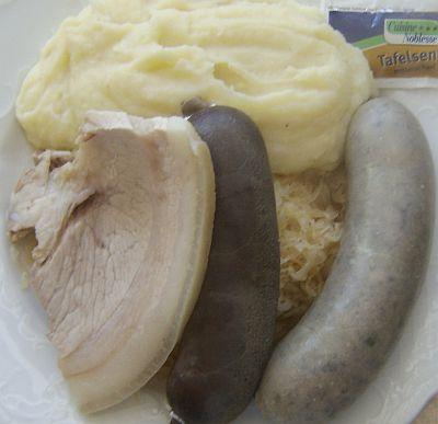 schlachtplatte mit kesselfleisch blut und leberwurst, sauerkraut und kartoffelbrei